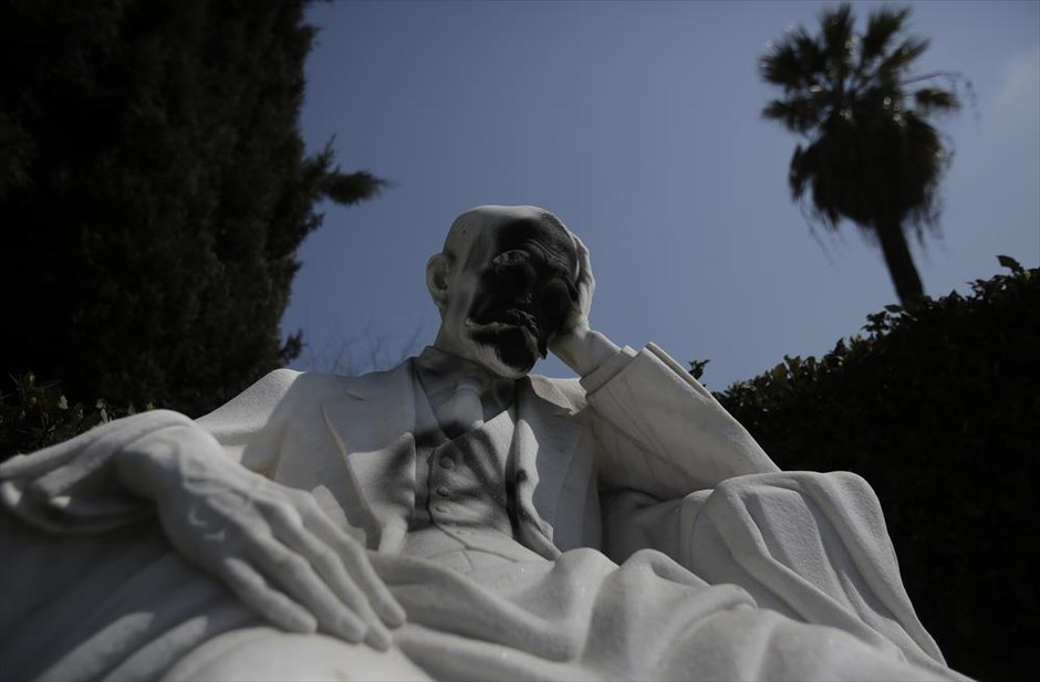 Kostes Palamas' sculpture. Photo by Giannis Kolesidis. AME-MPE.